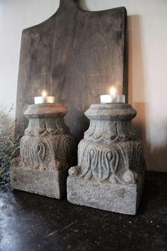 Mooie betonnen kandelaars te gebruiken met een groot of klein theelichtje of een kaars. De afmetingen zijn 10,5 bij 10,5 cm en de hoogte is 16 cm.