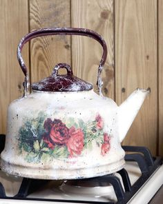 декупаж чайника Decoupage Art, Decoupage Vintage, Painted Milk Cans, Deco Paint, Tole Painting Patterns, Shabby Chic Crafts, Country Paintings, Teapots And Cups, Antique China