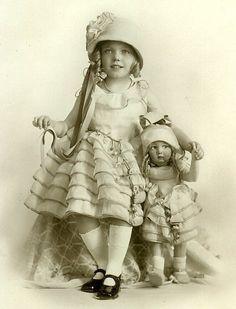 25 Trendy ideas for vintage toys dolls antique photos Vintage Abbildungen, Images Vintage, Vintage Girls, Vintage Pictures, Vintage Postcards, Vintage Sweets, Victorian Photos, Antique Photos, Vintage Photographs