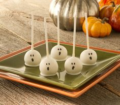 Cake Pops with a Halloween Twist! Visit the source page for step by step photos and other Halloween cake pop characters! Scary Halloween Treats, Halloween Cake Pops, Halloween Baking, Halloween Goodies, Theme Halloween, Halloween Desserts, Halloween Food For Party, Halloween Birthday, Happy Halloween