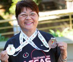 """Marlene Massako Horigome Takahashi está de malas prontas para representar o Brasil em mais uma competição internacional de tênis de mesa, em Lima, no Peru, na semana que vem. Aos 75 anos, a professora aposentada conta que retomou o esporte que praticava na infância há exatos 20 anos, quando foi aprender novas técnicas no Japão. """"Foi a melhor coisa que fiz na minha vida"""", diz."""