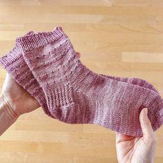 Aprender a tejer calcetines - Tres formas distintas de tejerlos. Knitting Patterns, Socks, Ravelry, Diy, Fashion, Pink, Crochet Cactus, Crochet Hooks, Decorative Bed Pillows