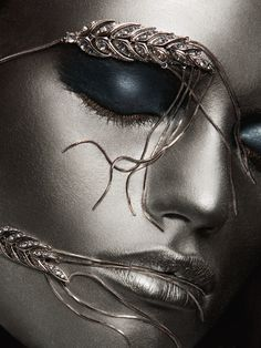Beautiful colorful pictures and Gifs: Silver creative photography-Plata Silver Hair, Blue And Silver, Silver Color, Silver Makeup, Silver Glitter, Make Up Art, Fantasy Makeup, Face Art, Colorful Pictures