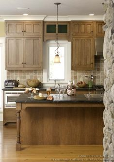 Discover the quality and beauty of the Craftsman Kitchen design in this informative article featuring pictures of kitchens in the Craftsman style. Two Tone Kitchen Cabinets, Kitchen Cabinets Pictures, Upper Cabinets, Craftsman Style Kitchens, Home Kitchens, Craftsman Homes, New Kitchen, Kitchen Decor, Kitchen Ideas