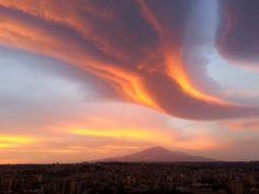 Catania, tramonto molto affascinante grazie alle nubi lenticolari illuminate…