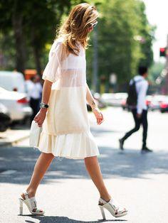 Fashionstar Chiara Ferragni trägt ihr Kleid von Calvin Klein mit einer Clutch von Céline und Chunky Heels.