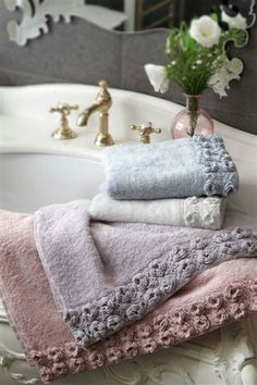 Bed and Breakfast Inn Guest Towels 800 Grad Grill, Bed And Breakfast, Romantic Homes, Linens And Lace, Bath Decor, Beautiful Bathrooms, Cottage Style, Rose Cottage, Sweet Home