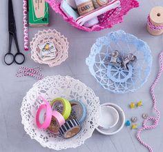 Die Spitzendeckchen vom Dachboden erleben ihr Comeback! Zuerst nach Herstellerangaben mit Textilfarbe einfärben. Nach dem Trocknen dick mit Tapetenkleister... Cute Office Supplies, Diy For Kids, Crochet Earrings, Shabby Chic, Textiles, Diy Crafts, Create, Handmade, Inspiration