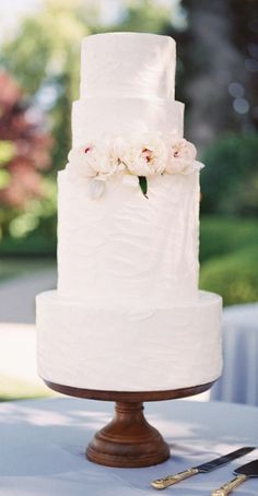 Wedding cake idea; Featured Photographer: Laura Nelson Photography