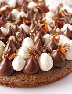 Tarte Fantastik chocolat composée d'une base de brownie, de crémeux chocolat, de chantilly, de sirop d'érable et de noix de pécan caramélisées.