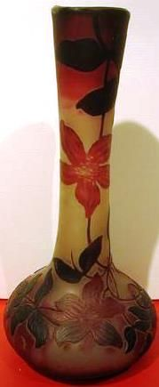 Frères VESSIERE (1901-1950), vase à décor de clématites gravées à l'acide. Hauteur : 35 cm.