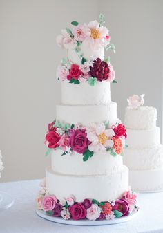 Happy New Year, my dear friends!  I would like to show you some cakes I made last week decorated with a lot  of sugar flowers.  I handcraftedmore than100 flowersto decorate thisfive tier cake.  I have to tell you that I'mobsessed with thesewhite peoniesandopen  roses from this cake.