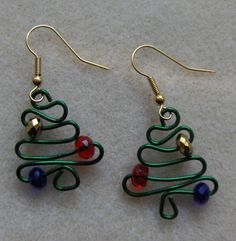 Christmas Tree Earrings via jewelry lessons, beautifully simple idea.  Love it!!!  Could see an tree ornament of these too.