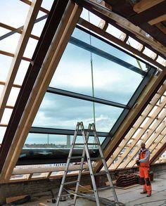 Das OpenAir Dachfenster wird mit Hilfe eines Krans in die Dachfläche montiert