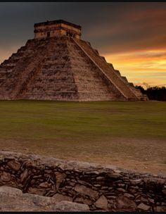 HISTORIA: CHICHÉN ITZÁ.  La Historia del pueblo Maya se ha estado documentando por más de 1,600 años, prácticamente desde la primera parte del siglo IV de la era cristiana, cuando los mayas antiguos comenzaron a grabar en piedras aquellas de sus más viejas inscripciones conocidas hasta hoy. Esta aportación puramente maya a la historia de aquel pueblo abarca alrededor de doce siglos de la era cristiana, y ciertamente pocos detalles históricos Tour By Mexico - Google+