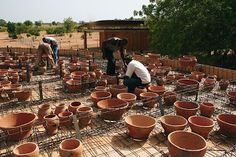 Arquitectura de baja tecnología. La biblioteca pública en Gando es uno de los últimos proyecto de Francis Kéré.  La región es famosa por la producción artesanal de ollas de barro que se venden en la ciudad.