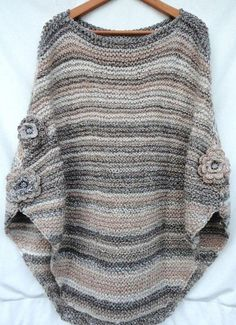 Poncho from CCC - poncho with moss stitch with a pocket on front. Poncho Pattern: Chain the chains with a slip SC, increase on ev Crochet Poncho, Knitted Poncho, Loom Knitting, Hand Knitting, Moss Stitch, Cotton Sweater, Crochet Clothes, Pulls, Knitwear