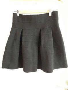 bef5652e64 Jupe trapèze noire - Jupe trapèze noire Tissu épais et gaufre Belle tenue  Petit accroc voir. Vinted