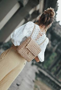 Let's study the best designer backpacks for women and brush up on some styling tips on how to wear a backpack and create smashing street style looks. Handmade Clothes, Handmade Bags, Diy Clothes, Crochet Crafts, Crochet Projects, Knit Crochet, Diy Fashion, Fashion Bags, Crochet Designs