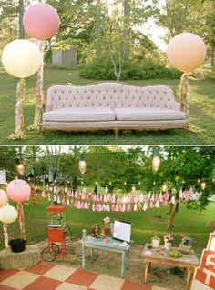 autre idée pour le photobooth : mettre un grand canapé devant un drap tendu, pour que les invités prennent des photos de groupe