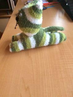 Un lindo gatito con calcetines