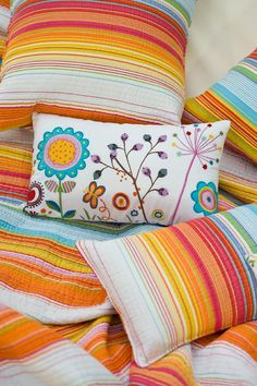 Color y energía Throw Pillows, Spring, Bed, Colors, Toss Pillows, Stream Bed, Decorative Pillows, Decor Pillows, Beds