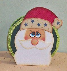 Sua mesa de Natal vai ganhar um charme especial com esse porta guardanapo Noel!  A peça é toda forrada e decorada em EVA. O Papai Noel tem a barba e o bigode fofinho (atoalhado) e os detalhes são pintados com capricho.  Repare no acabamento em passamanaria de verde vibrante! Um luxo.    Garanta um pra você ou ofereça como uma linda lembrança de Natal... R$ 8,50