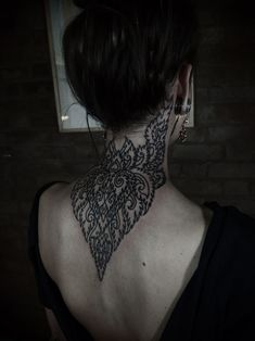 I've always wanted a back of the neck piece, I never thought of a placement like this. so beautiful how it goes down onto her back. Certainly a point of inspiration