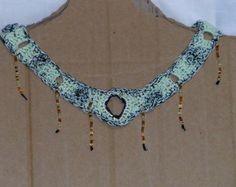 colar de crochê verde de linha com franjas douradas Marberan Artes