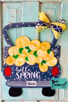 31 new Ideas spring door hangers diy flower Diy Barn Door, Diy Door, Painted Doors, Wooden Doors, Wooden Signs, Kit S, Flower Truck, Burlap Door Hangers, Wooden Flowers