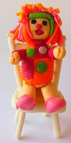 Emília em biscuit feita por Lulu