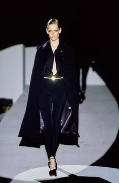 Gucci Fall 1996 Ready-to-Wear Collection - Vogue 1990s Fashion Trends, Runway Fashion, Fashion Brands, Fashion Women, High Fashion, Vogue Paris, Gucci, Fashion Seasons, Feminine Style