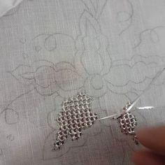 """Biri """"muşabak""""mı dedi.evettttttt muşabak.misina koymadan direk kenarına sarma yapılacak olan muşabak yapımı.yeni bir örtü bakalım nasıl… Couture Embroidery, Embroidery Stitches, Hand Embroidery, Embroidery Designs, Gold Work, Linens And Lace, Needle And Thread, Designs To Draw, Eminem"""