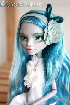 Ghoulia Yelps is gonna be my first doll. Love the shape of her face!