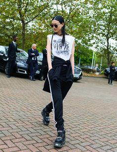 The 20 Best Street Style Beauty Looks From London Fashion Week Asian Street Style, Street Style 2017, Model Street Style, Street Style Looks, Street Chic, Street Style Women, Street Snap, Grunge Style, Korean Fashion Trends
