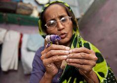 Kaniz Fatma è stata operata di cataratta a entrambi gli occhi. Oggi ci vede di nuovo ed è tornata al suo lavoro.   http://www.sightsavers.it/il_nostro_lavoro/le_persone_che_avete_aiutato/19509.html