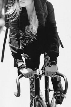 Girl on a fixie. It's a good thing. Especially when it's not a girl bike. Urban Cycling, Fixed Gear Bike, Cycle Chic, Bicycle Girl, Bike Style, Cycling Bikes, Bike Life, Cool Bikes, Wheels