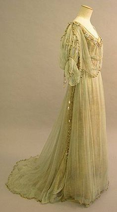 Edwardian evening dress, 1908 - British - Lamé and Silk Chiffon 1900s Fashion, Edwardian Fashion, Vintage Fashion, Dress Fashion, Fashion Fashion, Robes Vintage, Vintage Dresses, Vintage Outfits, Vintage Hats