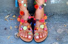 O verão europeu trouxe uma novidade bem descontraída: as sandálias com pompom!
