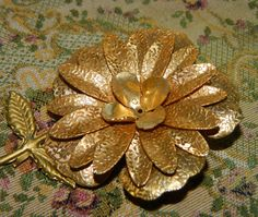 1960's Gold Daisy jewelry pin Floral Metal Spring Time Flower Power, Metal Flower Bouquet Pin, Flower Brooch, Golden Flower Pin