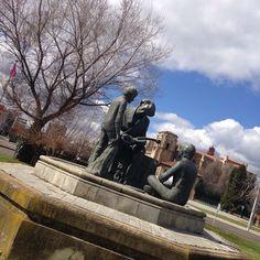 Estatua de bronce en honor al maestro Odón Alonso  de Muñiz Alique, en la rotonda del #AuditorioCiudadDeLeón #zonaErasLeón #León #leonesp #España #sensituris #turexperiencias #escultura #OdónAlonso #MuñizAlique #EsculturasDeLeón #UnDescansoEnElCamino #peregrino