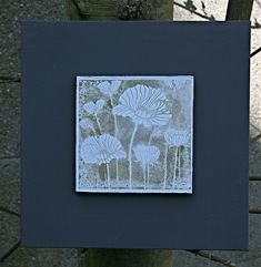 materiaal : canvas, acrylverf, hero arts klaprozen, adirondack pebble, waterverstuiver, aquarelpapier.  leg je stempel op tafen en beïnkt ...