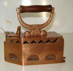 Plancha antigua Antique Iron, Vintage Iron, Antique Glass, Antique Items, Copper And Brass, Antique Copper, Ironing Machine, Vintage Appliances, Vintage Laundry
