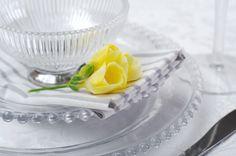 Wyjątkowe okazje wymagają wyjątkowej oprawy...Elegancka zastawa: miseczka Gloria, talerze z serii Pearl oraz bawełniane serwetki w paski do kupienia na www.hamptons.pl