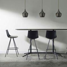 Idée relooking cuisine  modele de chaise noire plan de travail cuisine avec bar design