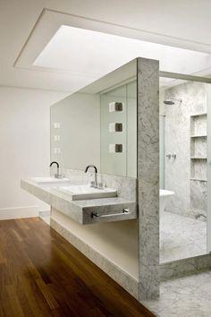 salle de bain design de luxe avec revêtements en marbre gris par Patricia Almeida Arquitetura