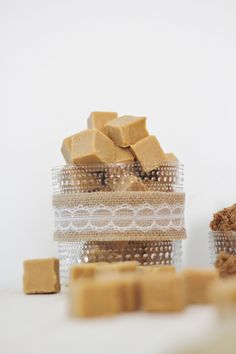 paksupohjaiseen kattilaan sokeri, fariinisokeri, glukoosisiirappi, kerma ja voi Lämmitä seosta n.puolella teholla liedellä. Seuraa lämpötilaa ja sekoittele silloin tällöin. Massa on t Kermit, Sweet Cakes, Fudge, Muffins, Food And Drink, Place Card Holders, Sweets, Candy, Make It Yourself