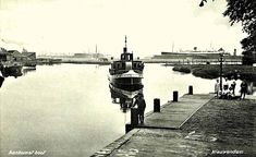 1936. A view of the arrival of the municipal ferry IJveer at the Nieuwendammersluis on the Nieuwendammerdijk in Amsterdam-Noord. On the right the Peereboomsloot. Photo Stadsarchief Amsterdam/Uitgave A. L. Weber. #amsterdam #1936 #Nieuwendammersluis