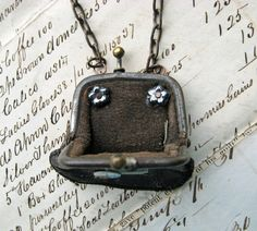 Etsy Transaction - STEAMPUNK Antique Leather Doll Purse NECKLACE watch parts Tiny Coins art deco art nouves vintage aqua glass beads Cute Jewelry, Jewelry Crafts, Jewelry Art, Vintage Jewelry, Jewelry Design, Vintage Necklaces, Vintage Purses, Vintage Bags, Found Object Jewelry