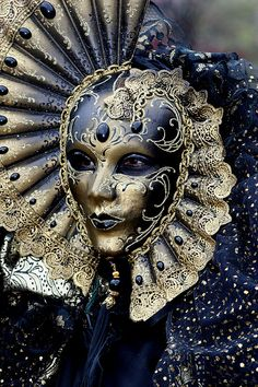 Reine de la Nuit - Carnaval de Venise - Queen of the Night in Venice. #masks #venetianmasks #masquerade http://www.pinterest.com/TheHitman14/art-venetian-masks-%2B/